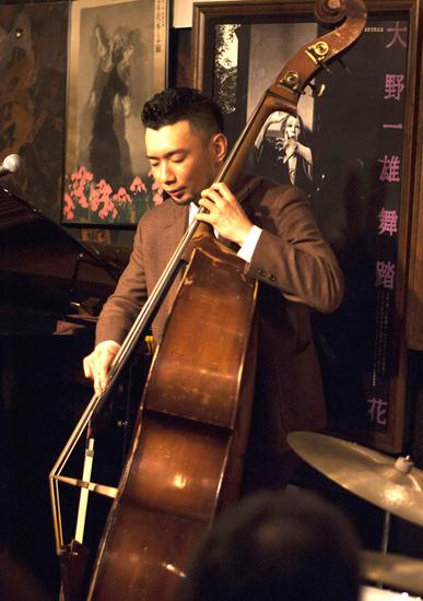 粟谷巧(bass).jpg